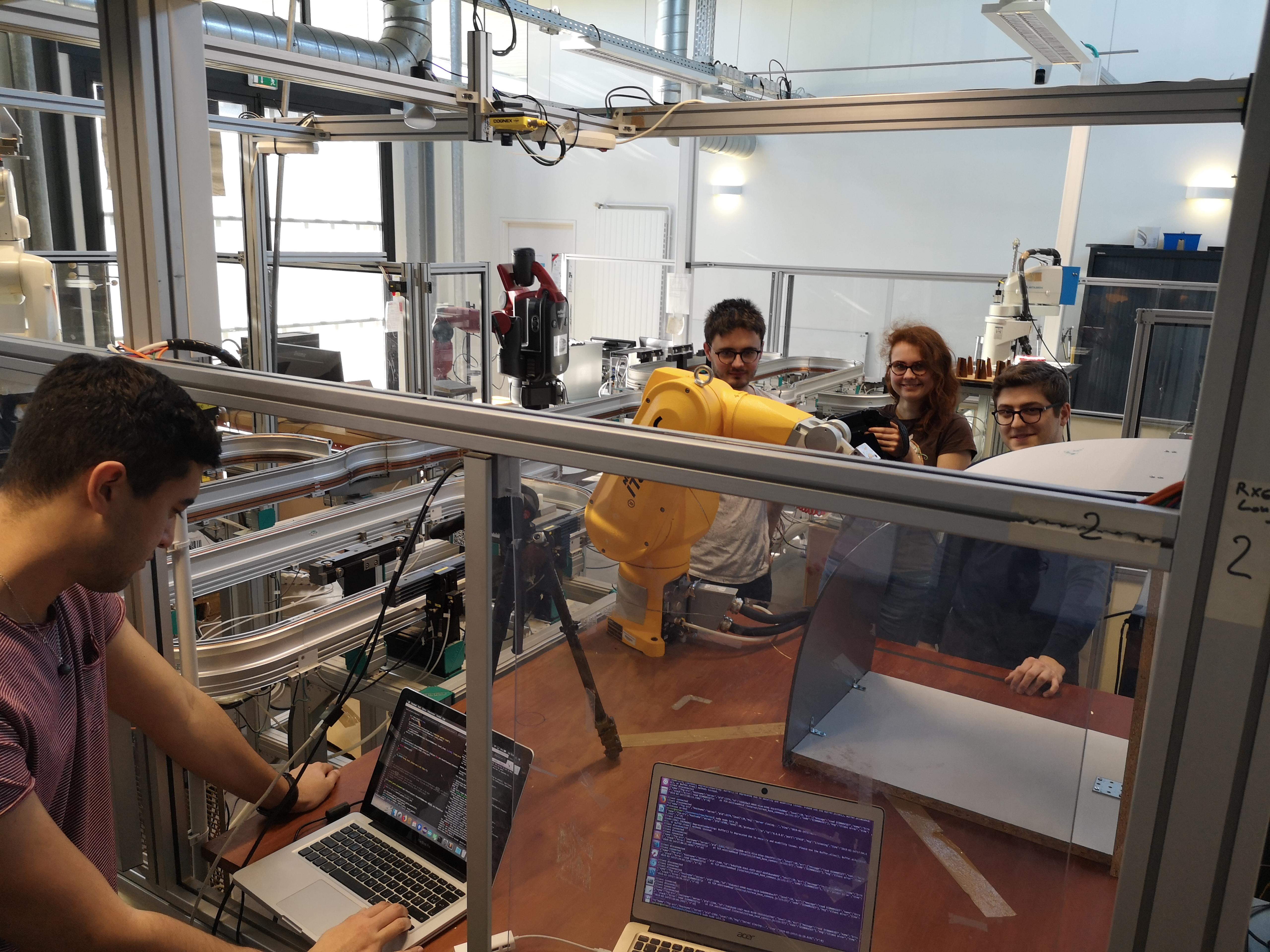 des étudiants manipulant un bras robotique muni de capteurs